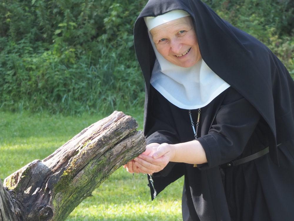 Mutter Veronika bei der Quelle